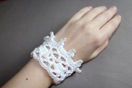 Gratis Häkelanleitung für ein Brautarmband mit Perlen verziert in ...
