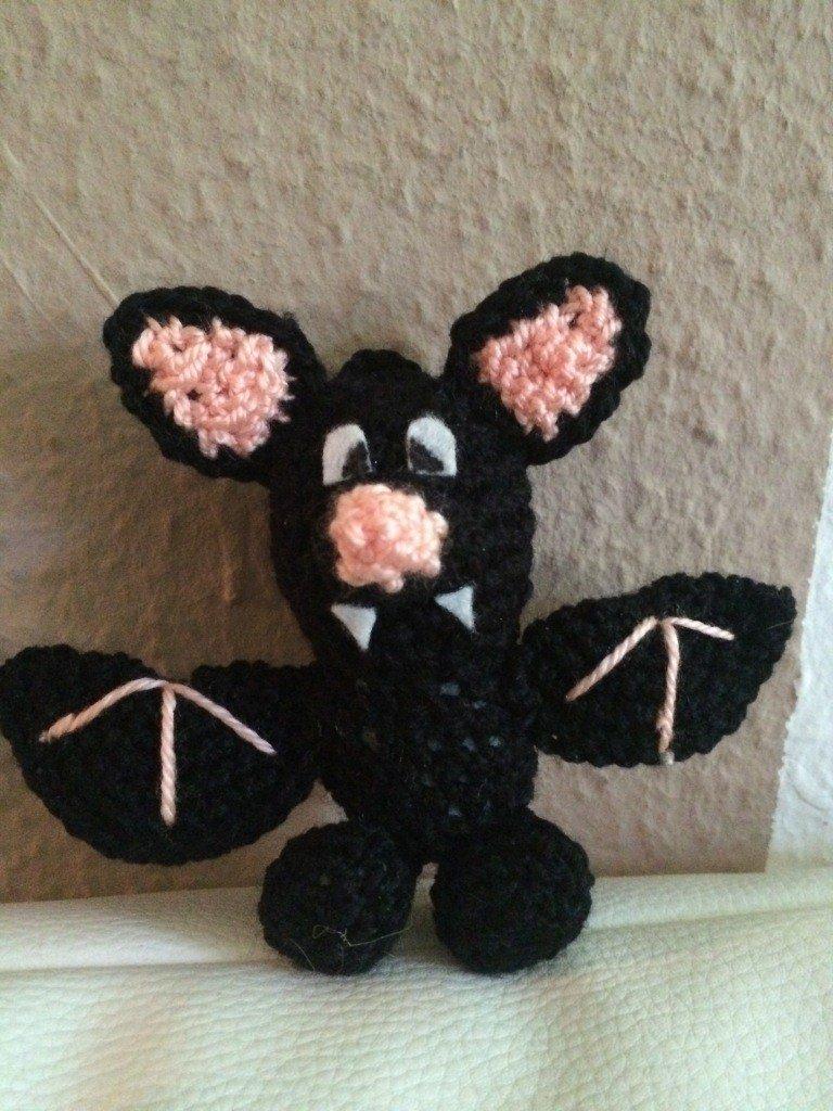 Kostenlose Häkelanleitung - Kleine Fledermaus als Schlüsselanhänger ...