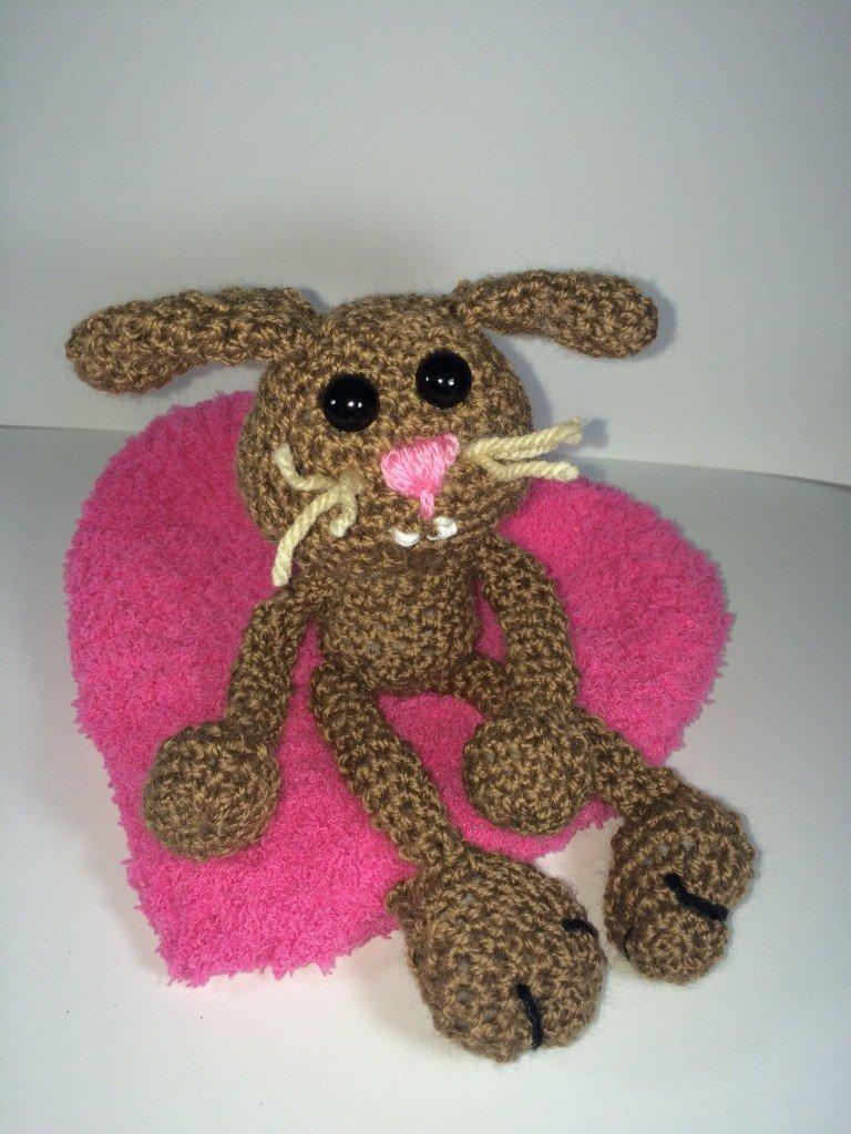 Kostenlose Häkelanleitung - Kleiner Hase auf dem Herz-Kissen