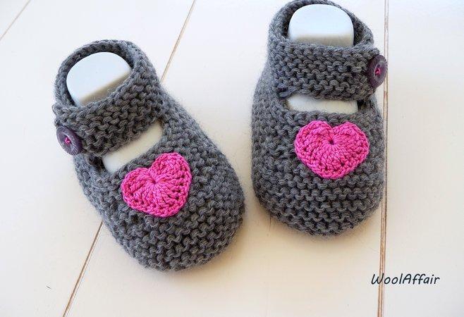 Babyschuhe mit Herz-Applikation selber stricken
