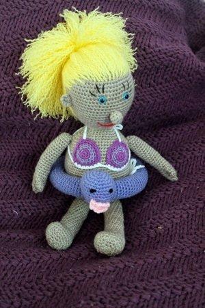 Häkelanleitung für Puppe Paula mit Schwimmreifen
