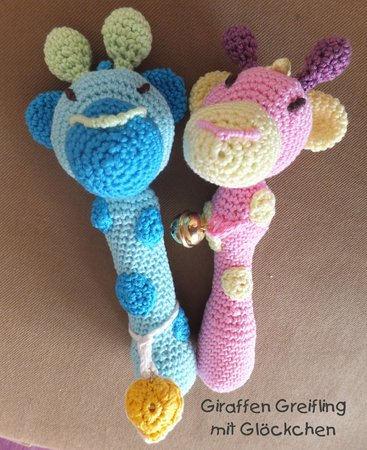 gratis Babyspielzeug häkeln // Babyrassel DIY | 450x367
