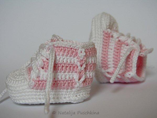 Baby-Booties mit Deko-Zopf häkeln--Babyschuhe
