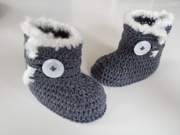 baby booties mit knopf und wei er deko h keln. Black Bedroom Furniture Sets. Home Design Ideas
