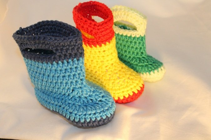 Babies first rubber boots in 3 different sizes (4/ 4,3/ 4,7 inches) crochet pattern