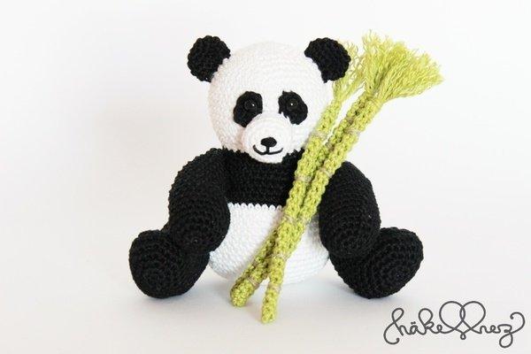 panda h keln mit bambusstangen gleich dabei. Black Bedroom Furniture Sets. Home Design Ideas