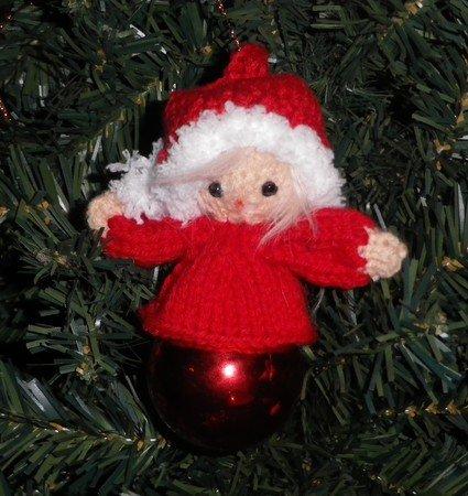 Strickanleitung für den lustigen Weihnachtskugel-Kobold
