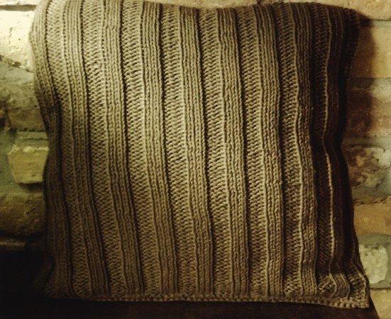 strickanleitung f r ein kuschliges sofa kissen mit kn pfen im landhauslook. Black Bedroom Furniture Sets. Home Design Ideas