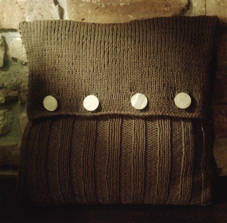 strickanleitung f r ein kuschliges sofa kissen mit kn pfen. Black Bedroom Furniture Sets. Home Design Ideas