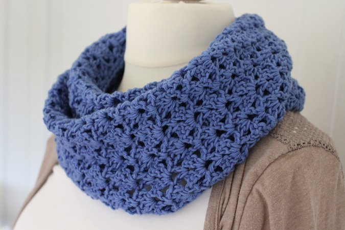 crochet pattern for an infinity scarf in a jeans-look