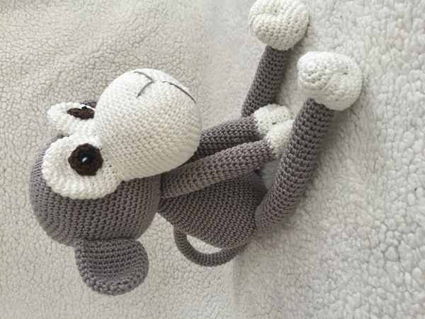 Crochet pattern of a cute monkey in a PDF file, clearly described with photos in Deutsch English and Dutch