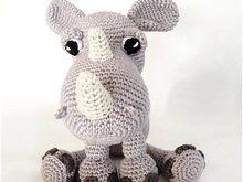 Pattern of a cute Rhino , clearly described with photos in English, Deutsch and Dutch