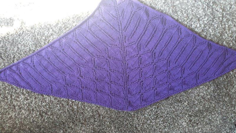 Strickanleitung für Dreieckstuch mit Blattmuster