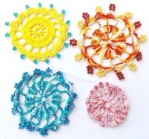 Häkelanleitung: Fruchtig - frische Deckchen mit Perlen