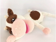 Nice crochet pattern of a cute cow described in Dutch, Deutch (German) and English