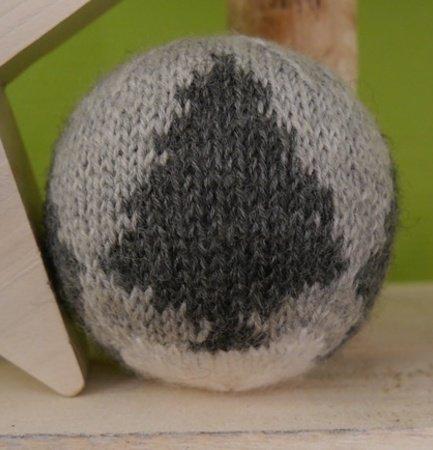 weihnachtskugel mit tannenbaum motiv strickanleitung. Black Bedroom Furniture Sets. Home Design Ideas
