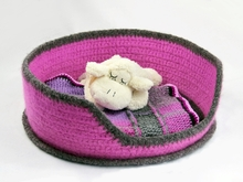 Felted cat / dog bed in two sizes (crochet pattern)