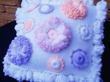 Cushion with a ruffled border and flower appliques knit/crochet pattern 048