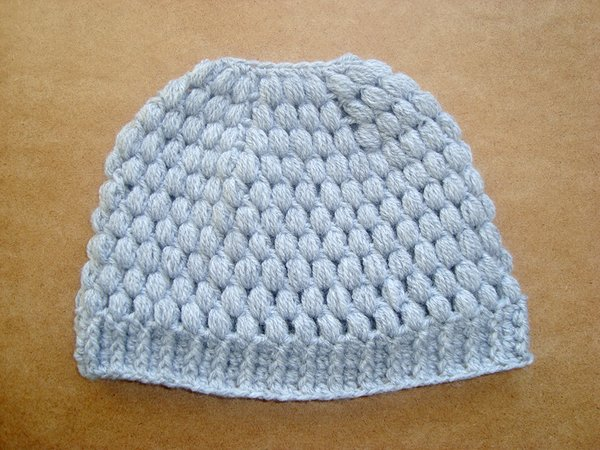 Messy bun hat with bubbles Ponytail beanie for girls and women Running toque pattern Crochet Winter cap with hair hole