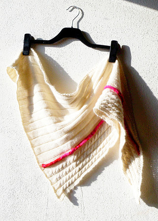 "Triangle-shaped shawl knitting pattern ""Some Say Love"", ribs and cables"