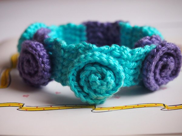 Häkelmuster Armband mit dekorativen Rosen.