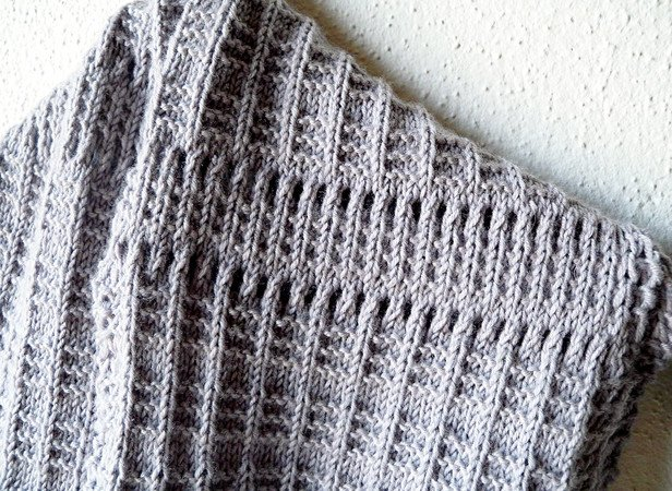 "Textured infinity scarf knitting pattern ""Eminence Grise"""
