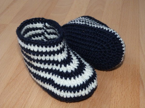 Crochet pattern for cute baby booties in 3 sizes