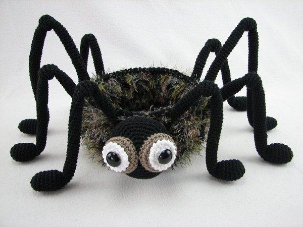 Spinne häkeln /// Halloween-Deko häkeln