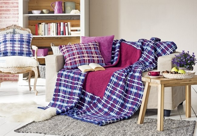 plaid und kissen im schottenkaromuster. Black Bedroom Furniture Sets. Home Design Ideas