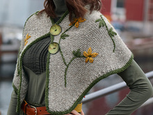 Strickcape Stine mit Stickereien