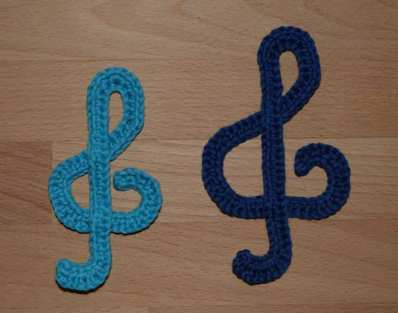 Crochet pattern for violin clefs in 2 sizes, quick and easy made