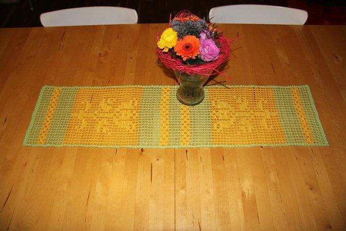 Frühlingsfrischer Tischläufer - Filethäkeln - Häkelanleitung