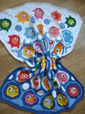 """Fish puzzle"" baby blanket made of fish motifs"