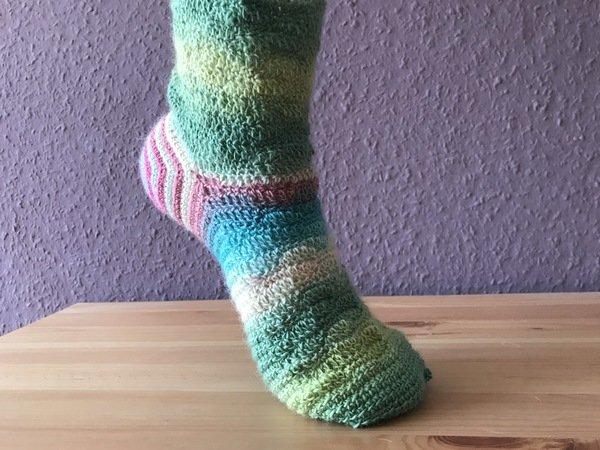 Häkelanleitung für Socken Wellenspirale