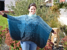 "Poncho ""Make my Day"" aus 2 BOBBEL-MERINO v on Woolly Hugs gestrickt"