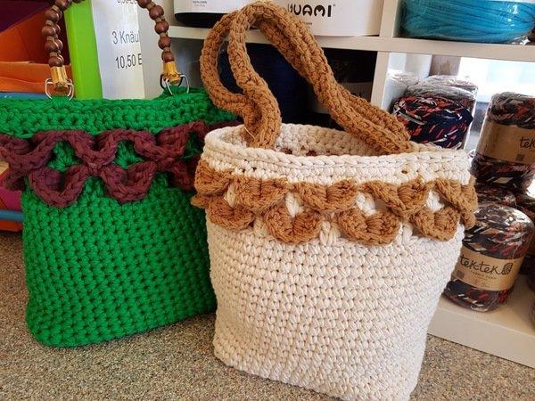 gehäkelte Tasche mit Kork-Boden und Blumenmuster
