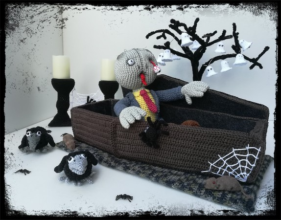 Trick or Treat - Zombie Waldemar with coffin - crochet pattern