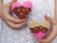 Amigurumi pattern for an ice cream heart souvenir. Valentine's Day gift