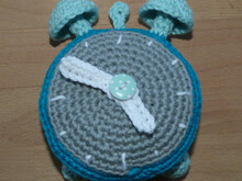 Crochet pattern for an alarm clock with moveable clock hands