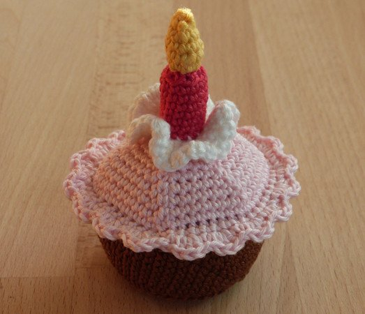 Crochet pattern for a birthday cake with candle