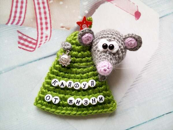 225 Crochet Pattern - Mouse on a Christmas Tree - Amigurumi PDF file by Knittoy CP