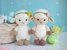 Crochet pattern amigurumi Little lambs with flowers