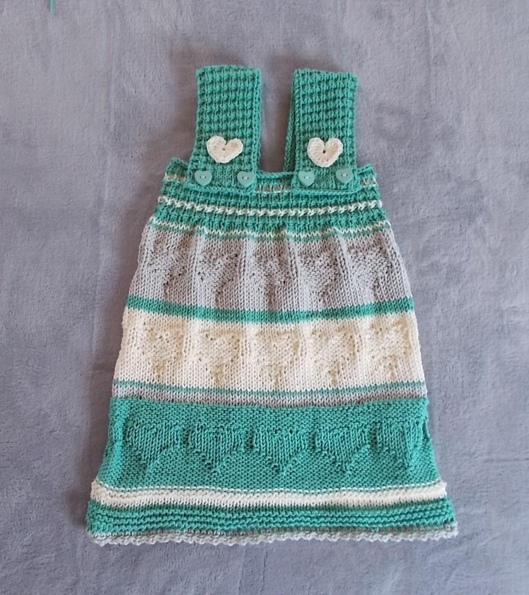 c3360b5c38ba8f Wie wäre es, wenn du am Wochenende beginnst, dieses süße Trägerkleidchen  mit Herzmuster für deine Tochter oder Enkelin zu stricken?