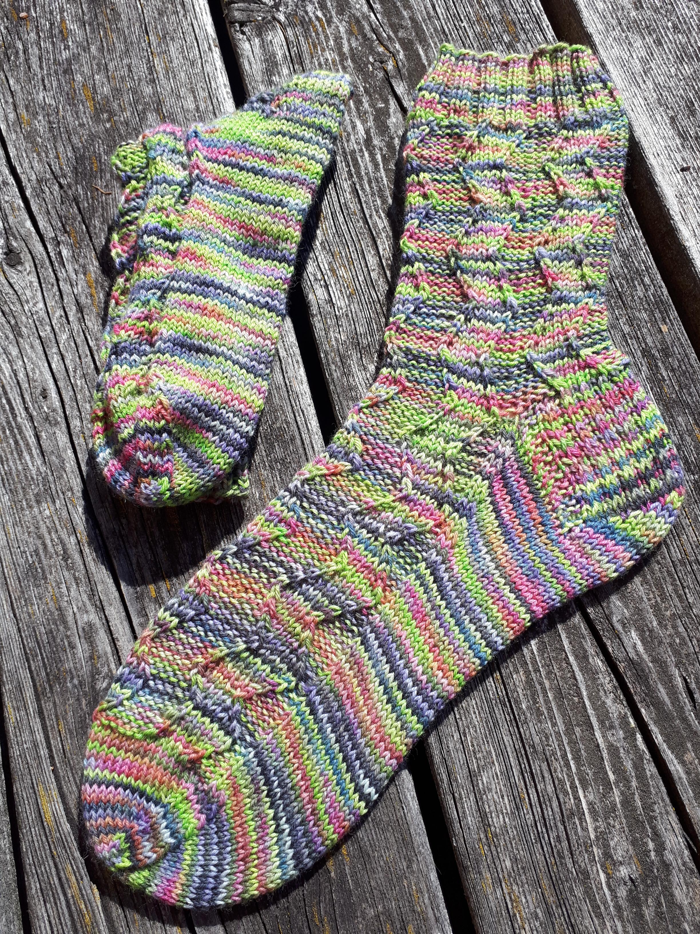 Fulgur eine Anleitung für gestrickte Socken mit dem gewissen Etwas